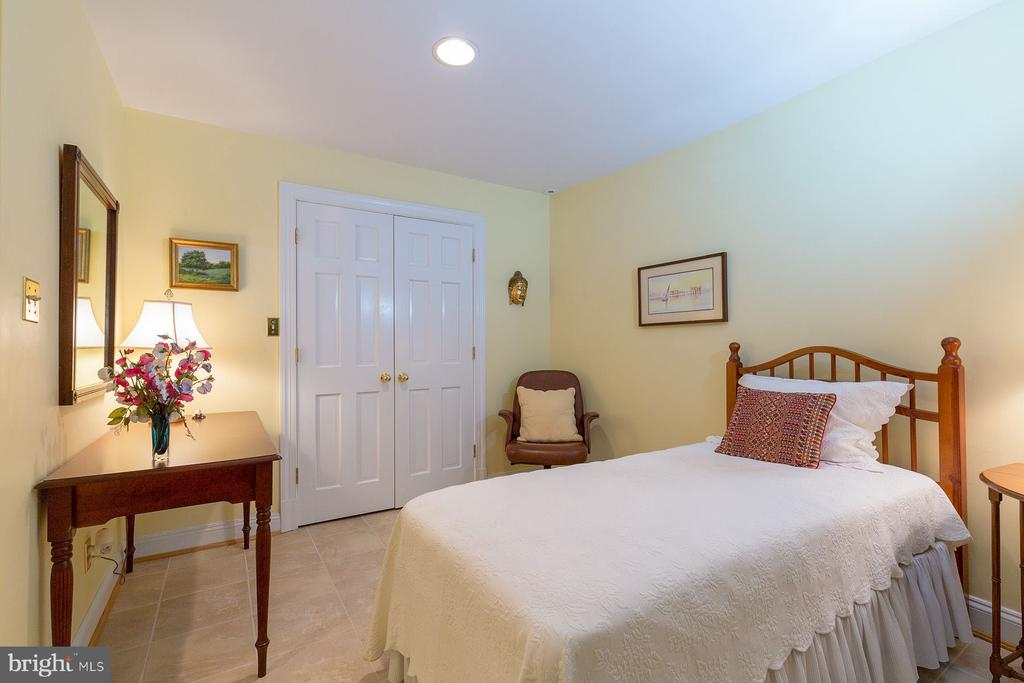Lower level bedroom with en suite bathroom - 6008 KENNEDY DR, CHEVY CHASE