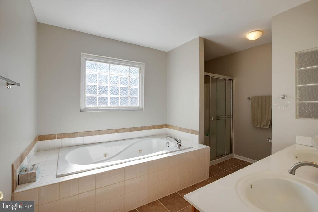Lux Master Bath with Jetted Tub - 12157 CANTERBURY CT, KING GEORGE