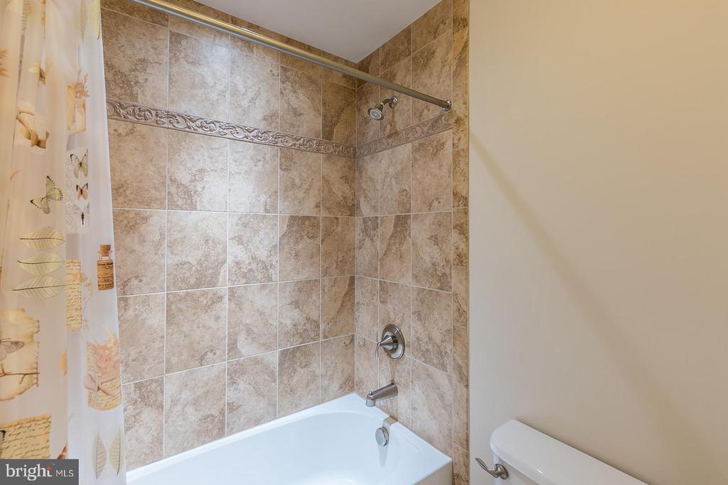 Bath - 3145 BARBARA LN, FAIRFAX