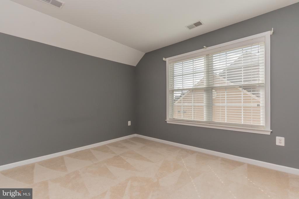 Top floor loft bedroom w/large closet - 23081 PECOS LN, BRAMBLETON