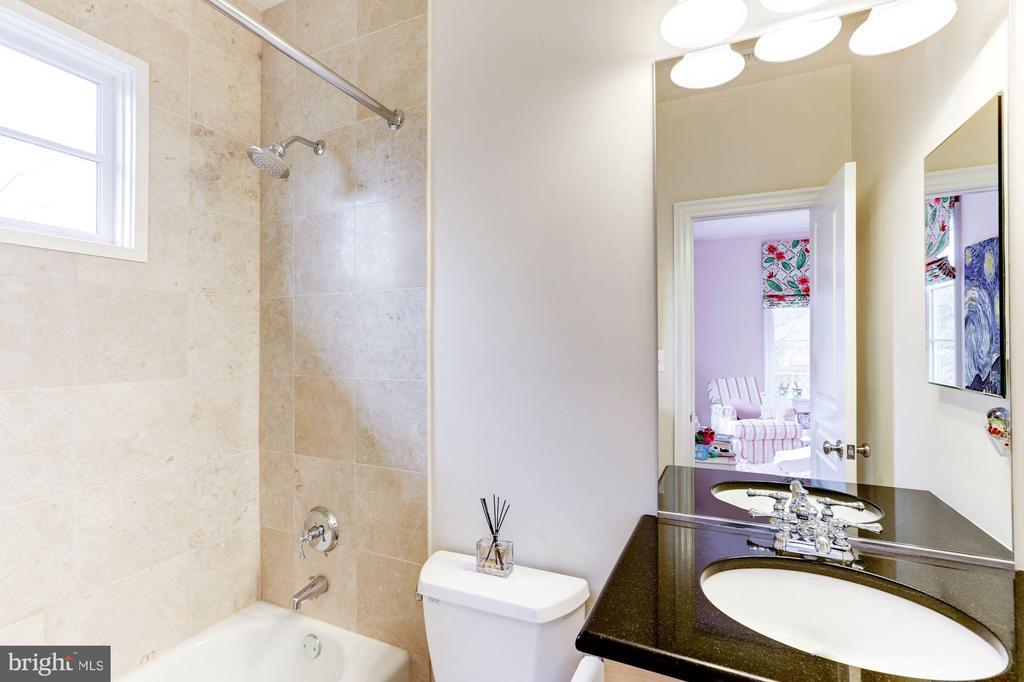 en-suite bath - 208 MCHENRY ST SE, VIENNA