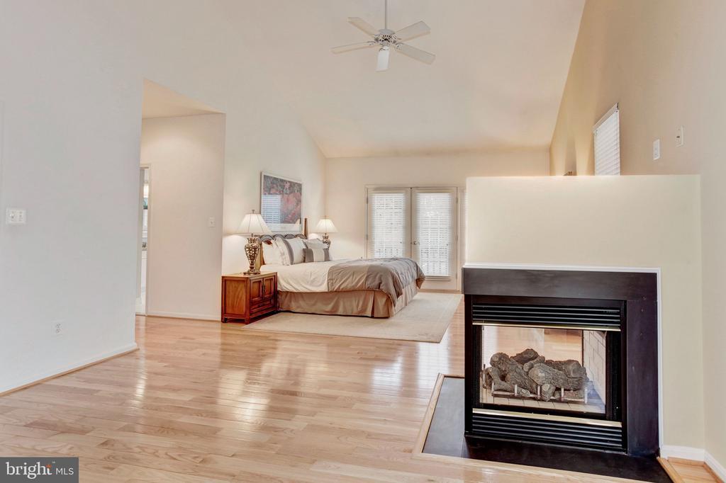 Master Bedroom on main level - 43304 DRESSMAKER LN, CHANTILLY