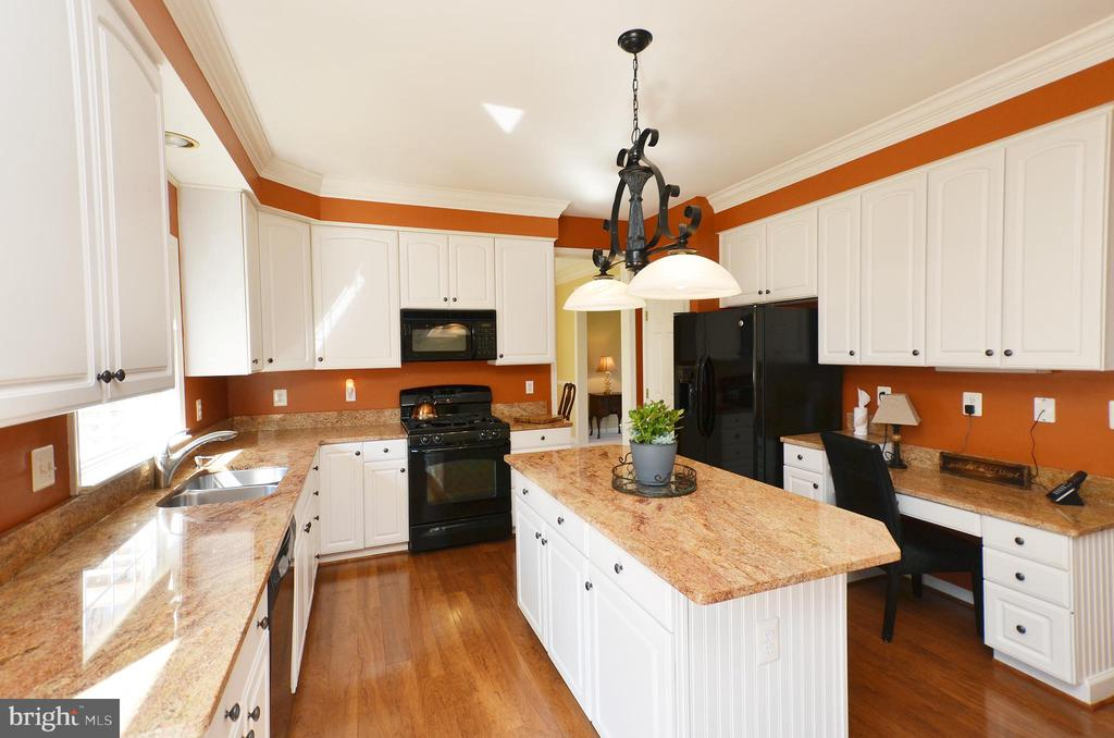 Gorgeous white cabinets and granite counters - 18707 DRUMMOND PL, LEESBURG