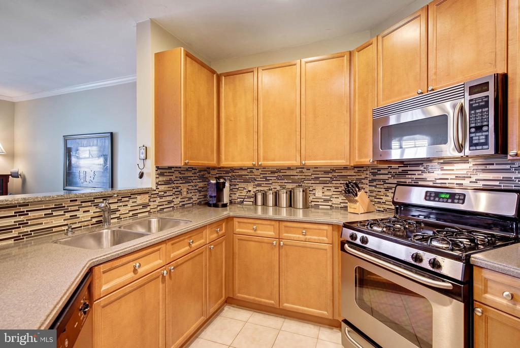 Glass tile backsplash - 815 BRANCH DR #405, HERNDON