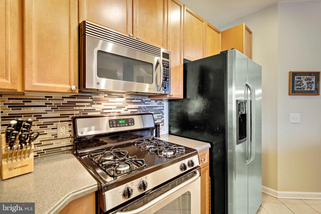 Kitchen with gas stove,microwave, icemaker refrig - 815 BRANCH DR #405, HERNDON