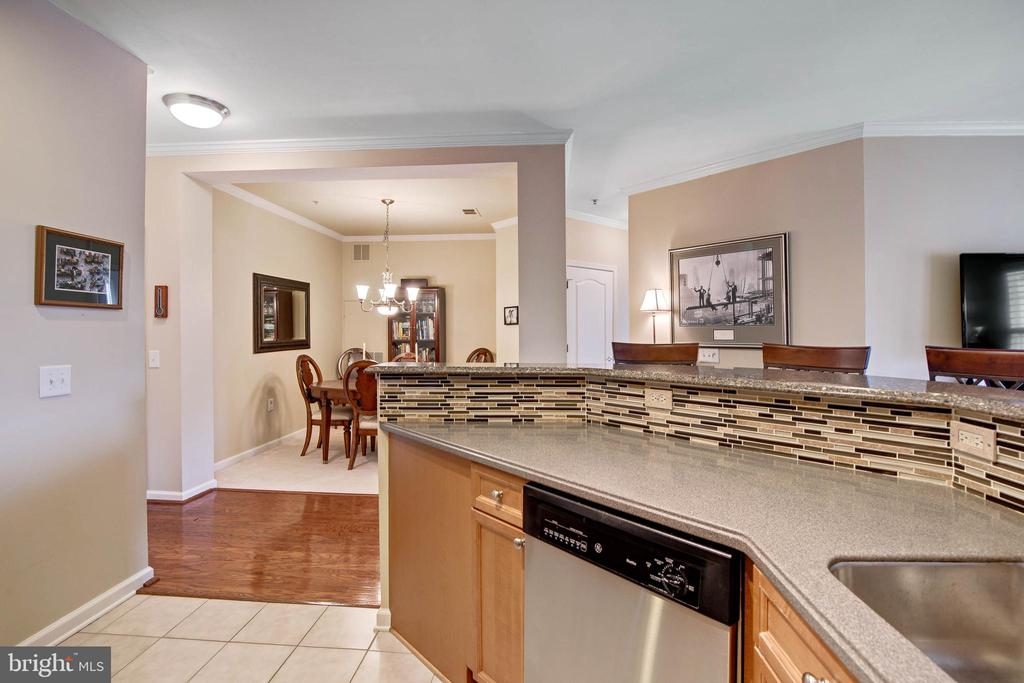 Open floor plan to Dining and Living area - 815 BRANCH DR #405, HERNDON