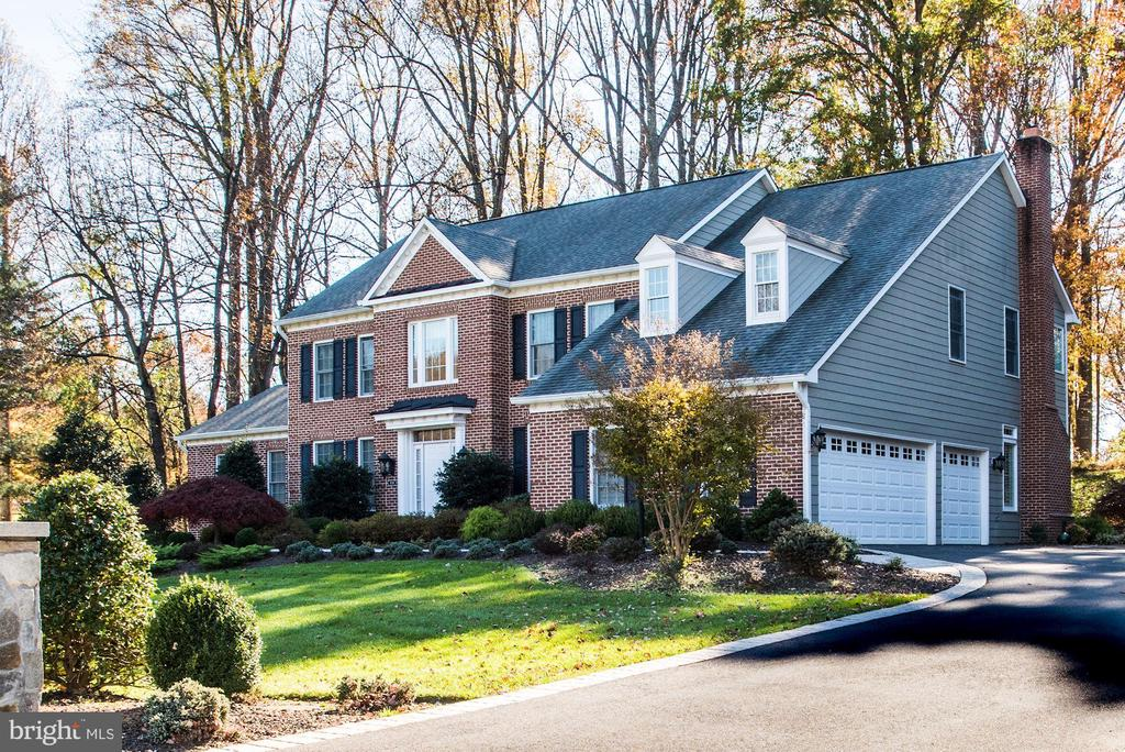 Fabulous 3 car side load garage - 9709 BROOKSTONE LN, VIENNA