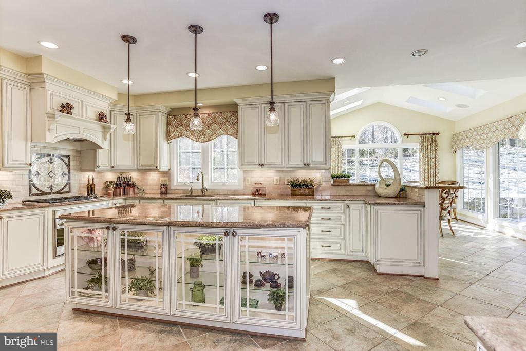 Kitchen island boats display cabinets - 9709 BROOKSTONE LN, VIENNA
