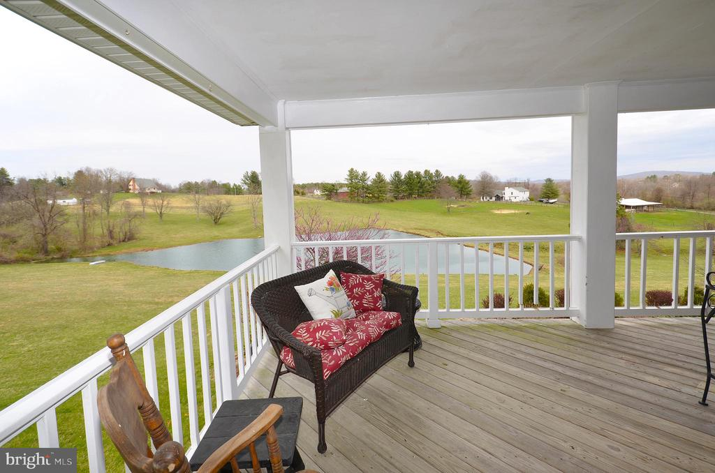 Wrap around porch with scenic views of the pond - 39520 SWEETFERN LN, LOVETTSVILLE