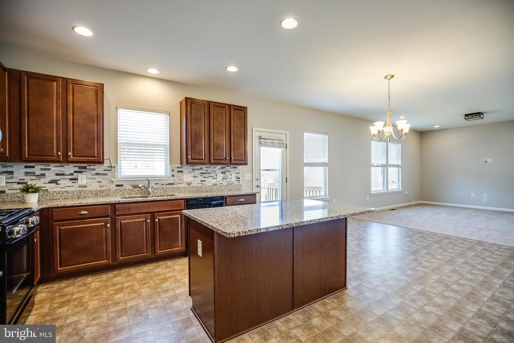 Bright eat-in  kitchen, center island w/ bar - 60 IVY SPRING LN, FREDERICKSBURG