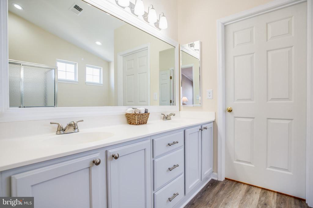 Dual vanities, private water closet - 5 KLINE CT, STAFFORD