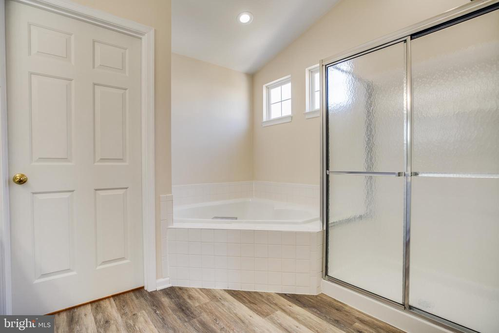 Vinyl plank floors in master bath installed 2019 - 5 KLINE CT, STAFFORD