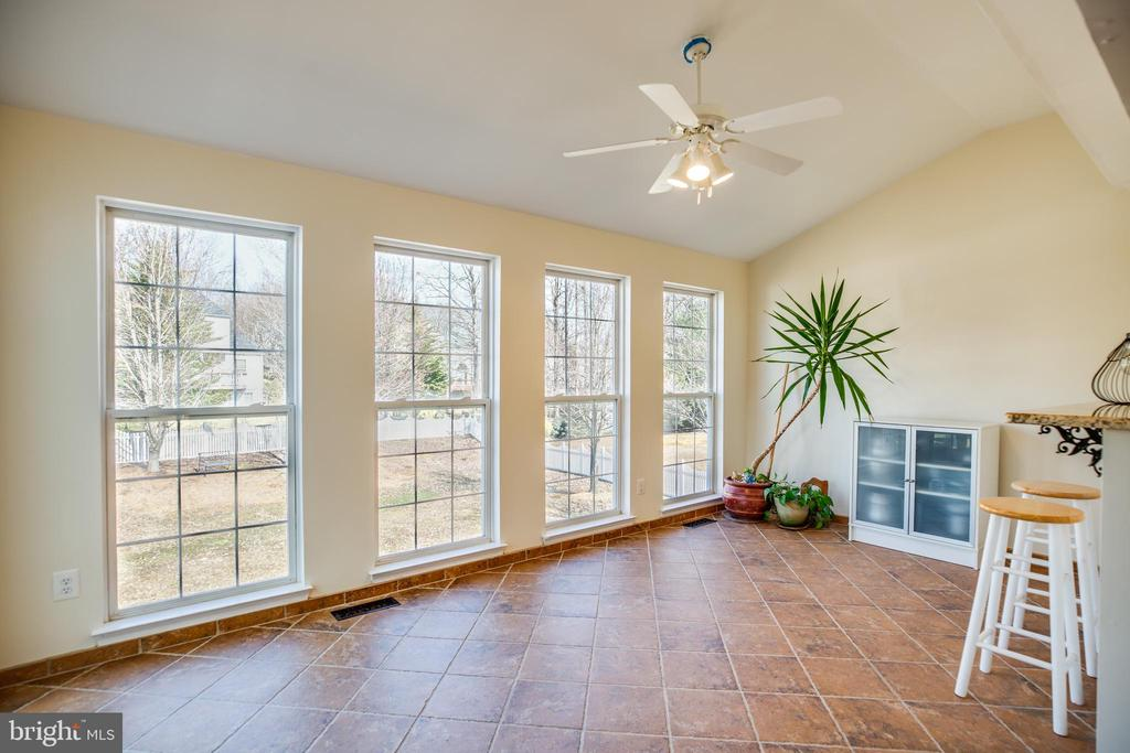 Morning room off the kitchen with vaulted ceiling - 5 KLINE CT, STAFFORD