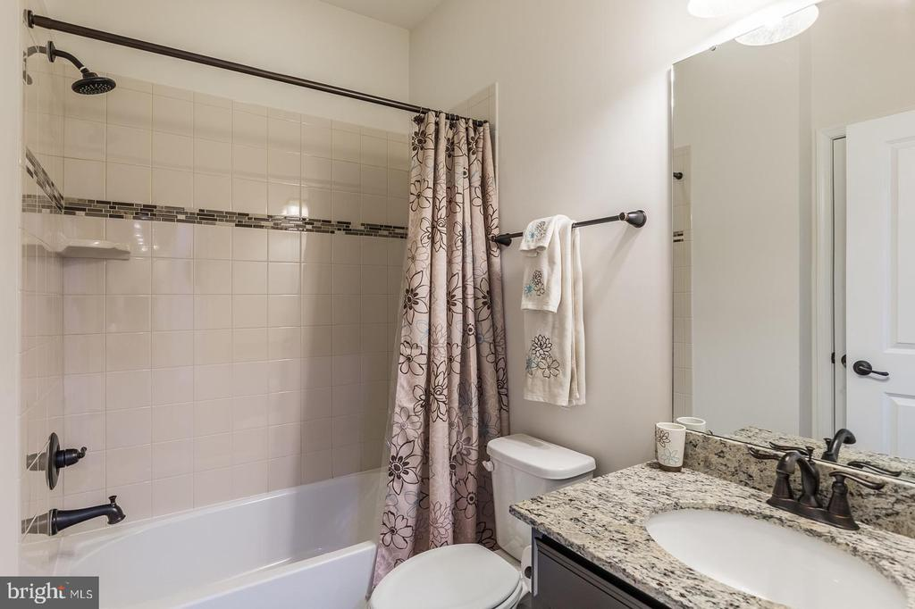 Another upgraded bathroom - 3344 SOARING CIR, WOODBRIDGE