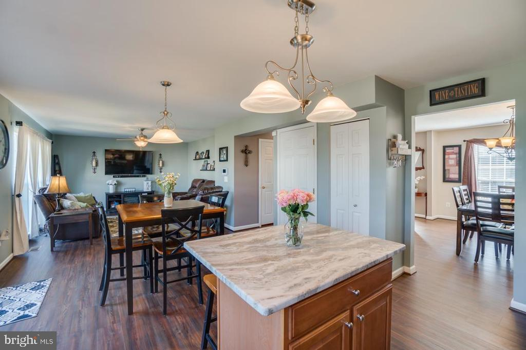 Kitchen Island and Pendant Lighting - 6105 MCCARTHY DR, KING GEORGE