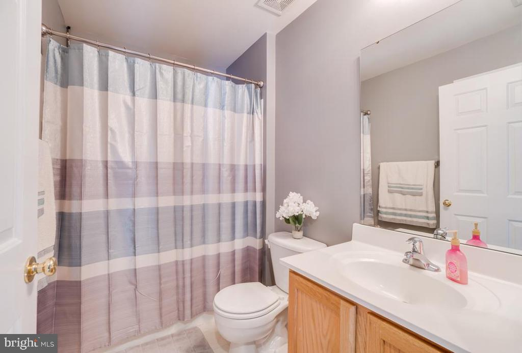 Upstairs Bathroom - 6105 MCCARTHY DR, KING GEORGE
