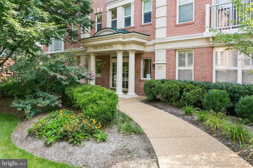 Boutique building with secure entry - 1555 N COLONIAL TER #501, ARLINGTON