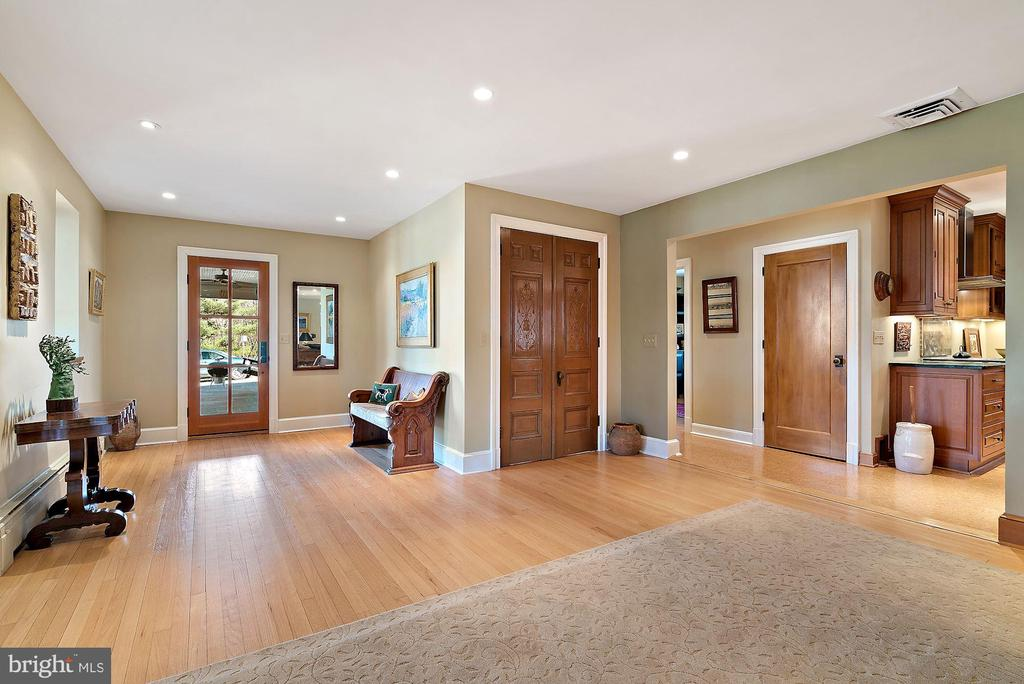 Gracious foyer with wood flooring throughout - 43470 EVANS POND RD, LEESBURG