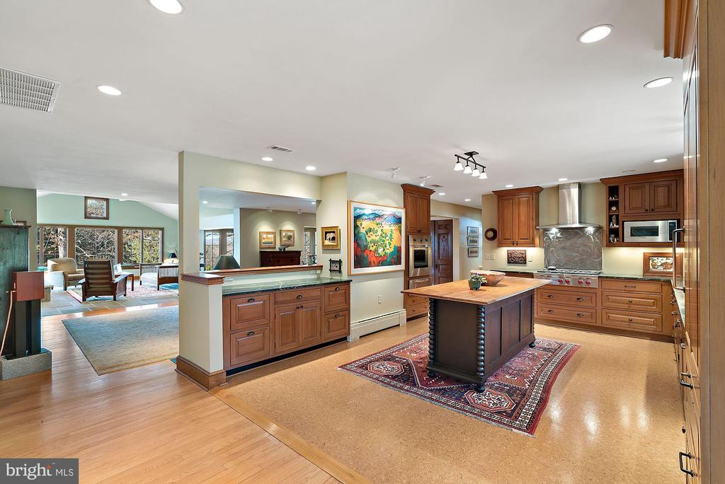 Large open kitchen - 43470 EVANS POND RD, LEESBURG