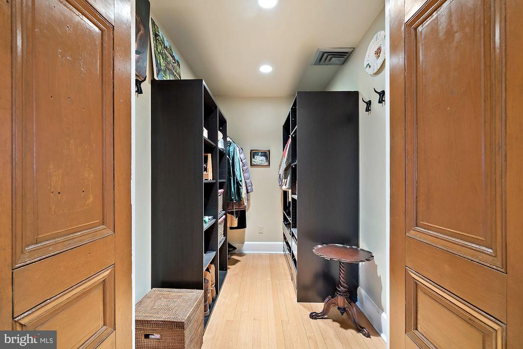 Walk in closet with custom storage - 43470 EVANS POND RD, LEESBURG
