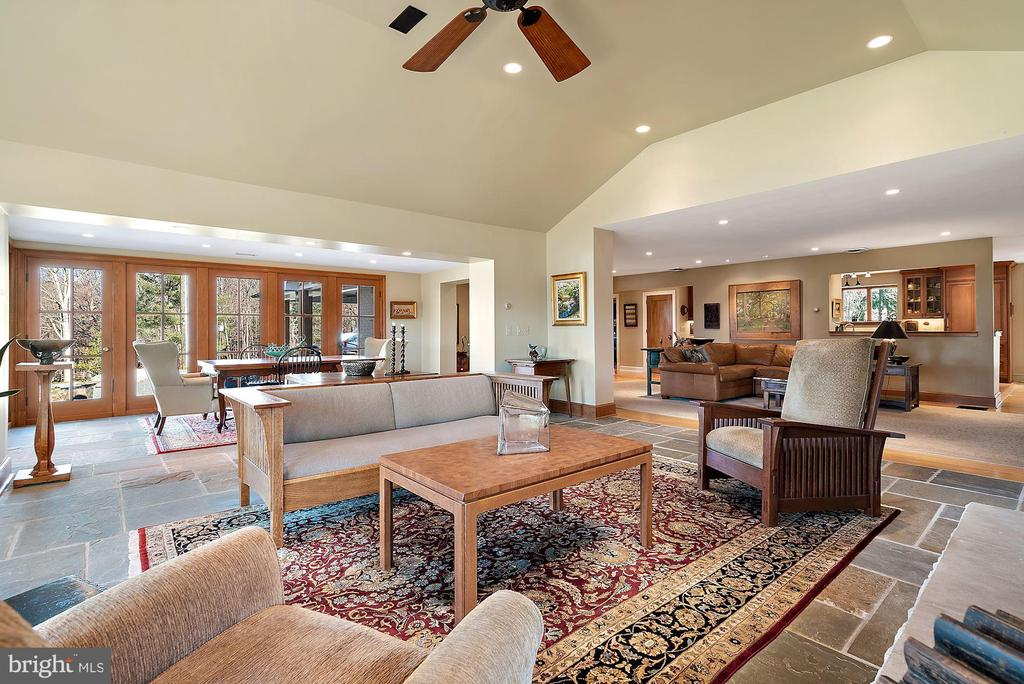 Family room with vaulted ceiling - 43470 EVANS POND RD, LEESBURG