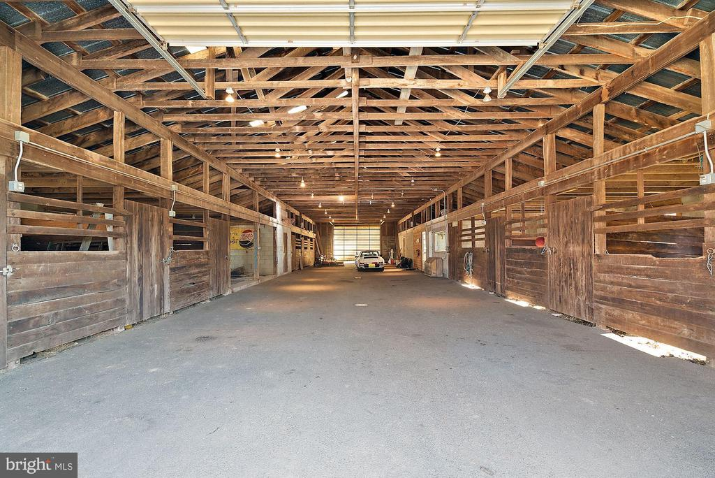 Extra wide barn aisle - 43470 EVANS POND RD, LEESBURG