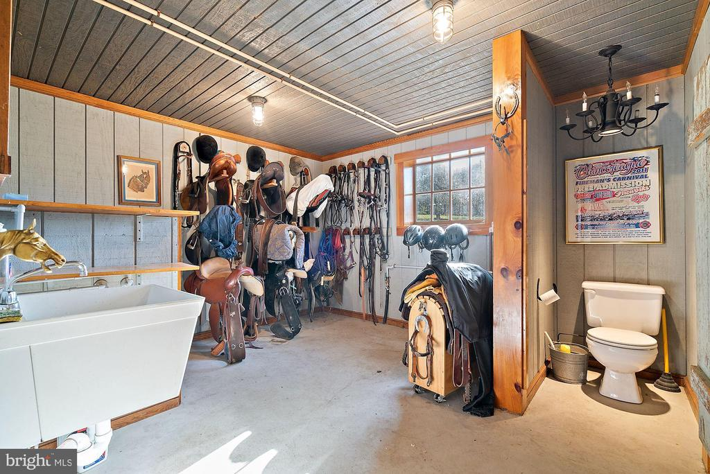 Heated Tack Room with powder room and dog shower - 43470 EVANS POND RD, LEESBURG