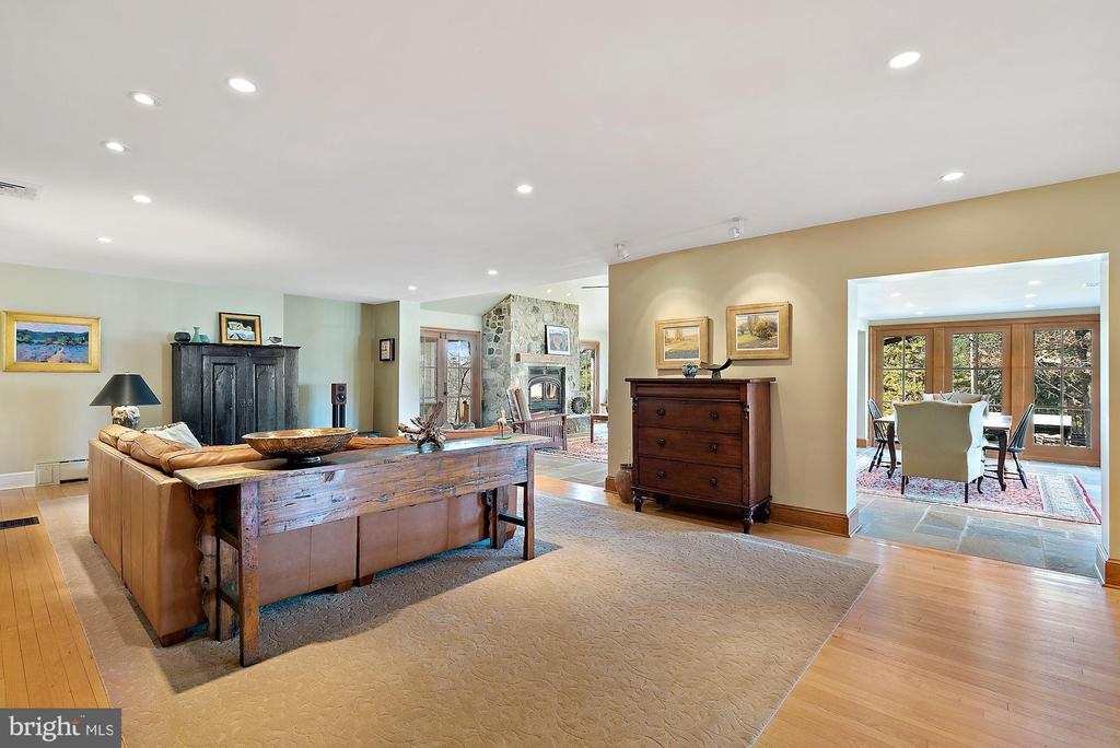 Open floor plan makes a great entertaining space - 43470 EVANS POND RD, LEESBURG