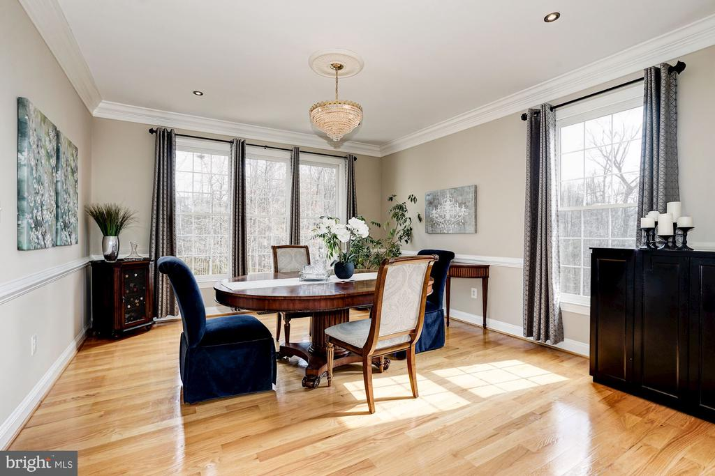 Formal dining room adjoins the living space - 1309 SHAKER WOODS RD, HERNDON