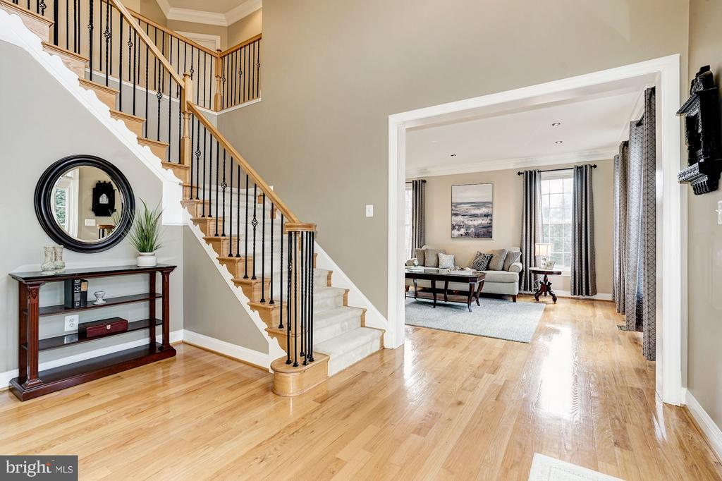 Spacious 2- story foyer greats your guest - 1309 SHAKER WOODS RD, HERNDON