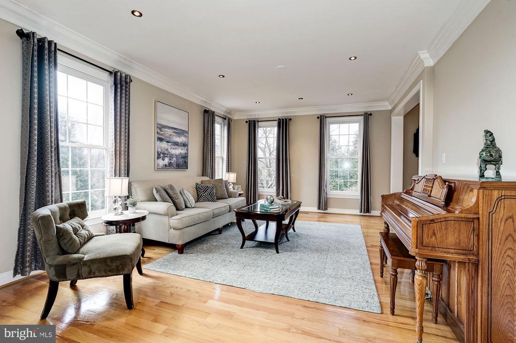 Hardwood floors & floor to ceiling windows - 1309 SHAKER WOODS RD, HERNDON