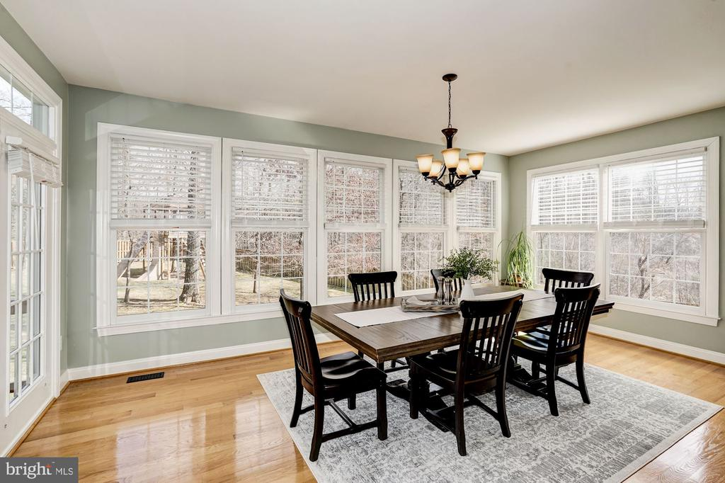 Inviting kitchen dining area w/ walls of windows - 1309 SHAKER WOODS RD, HERNDON