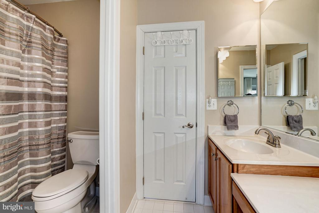 Jack-n-Jill bath with  water closet - 1309 SHAKER WOODS RD, HERNDON