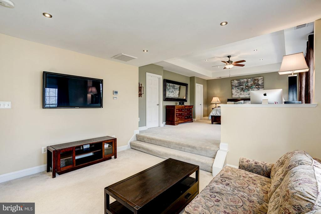Private sitting area w/ steps up to mater bedroom - 1309 SHAKER WOODS RD, HERNDON