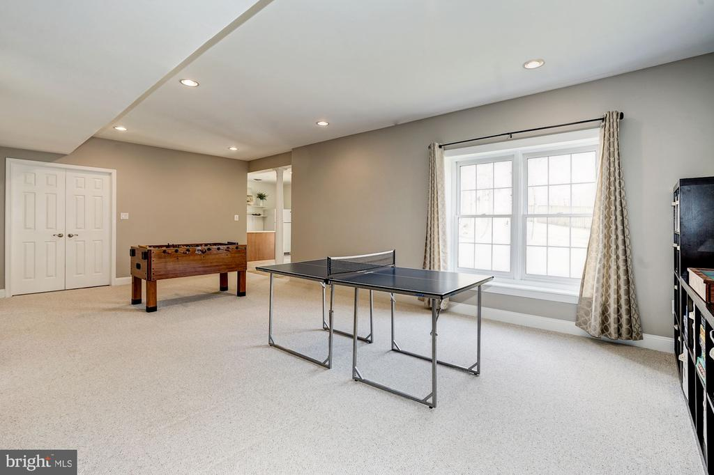 Lrg  double window fills the area w/ natural light - 1309 SHAKER WOODS RD, HERNDON