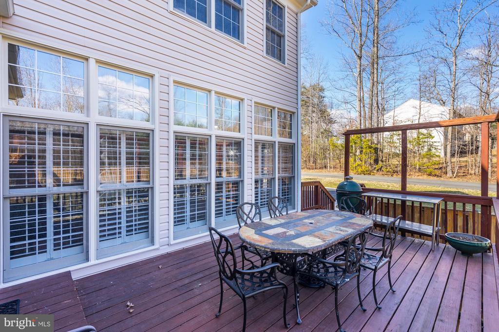 Spacious deck convieniently located off the kitche - 1309 SHAKER WOODS RD, HERNDON