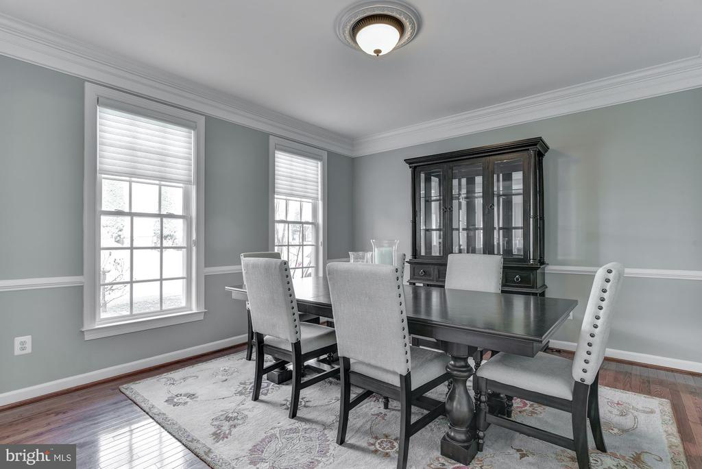 Dining room with crown moulding - 718 TURTLE POND LN, GAITHERSBURG