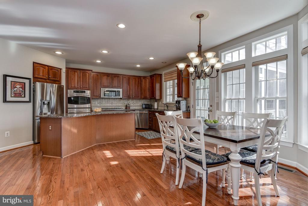 Open kitchen with island and eating area - 718 TURTLE POND LN, GAITHERSBURG