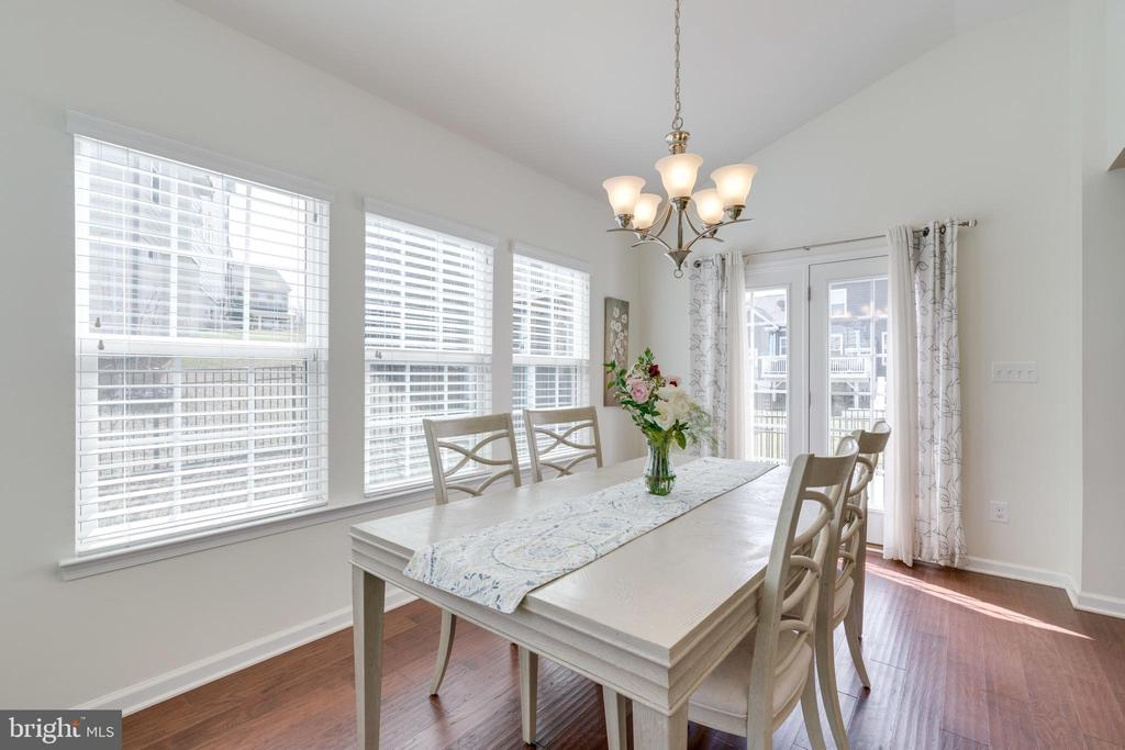Plenty of dinning space in the morning room! - 2439 GLOUSTER POINTE DR, DUMFRIES
