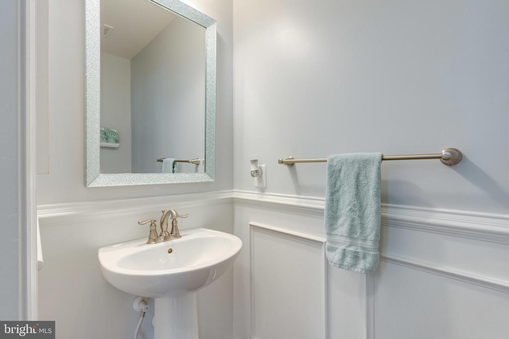 1/2 bathroom with wainscotting- well done. - 2439 GLOUSTER POINTE DR, DUMFRIES