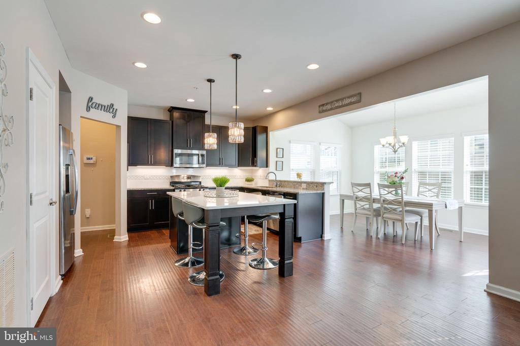 Entertain around the 7-foot Quartz custom island - 2439 GLOUSTER POINTE DR, DUMFRIES