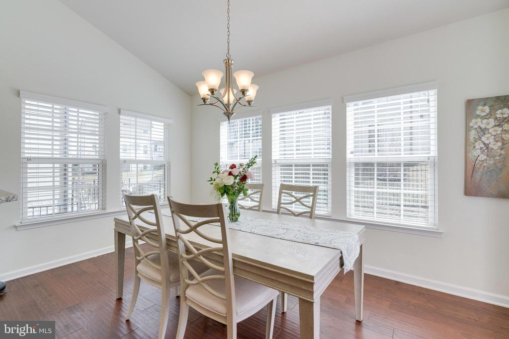 Bright Morning room to enjoy coffee or a meal - 2439 GLOUSTER POINTE DR, DUMFRIES