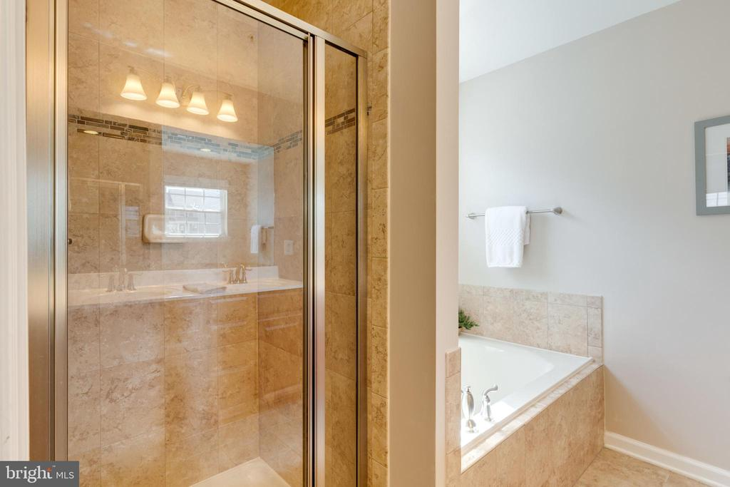 Shower/tub combo with upgraded tiles in the master - 2439 GLOUSTER POINTE DR, DUMFRIES