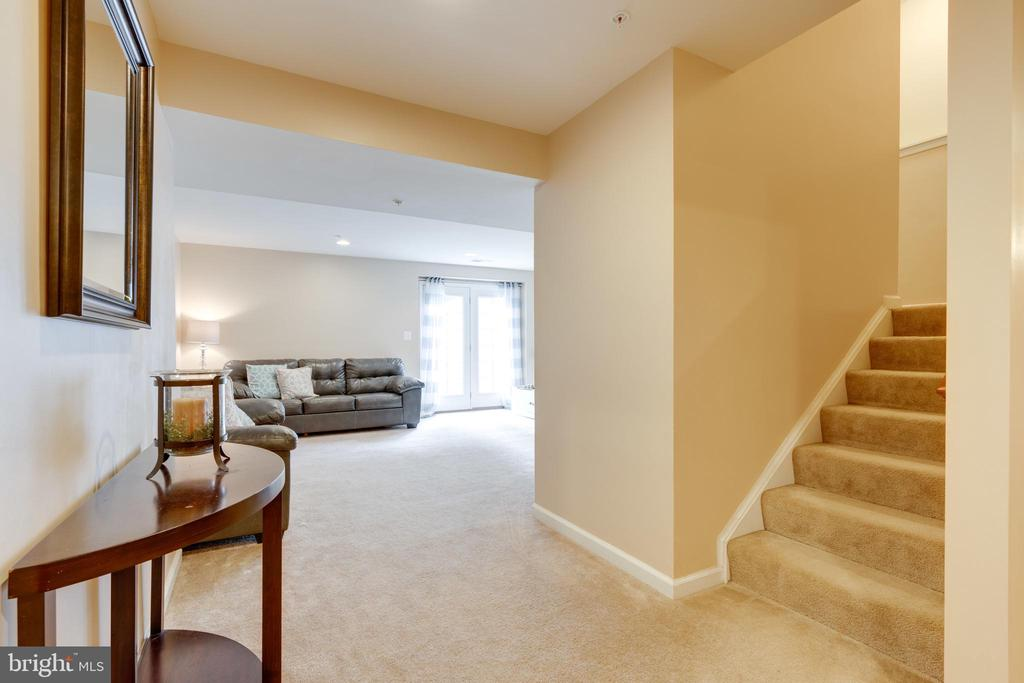Inviting FULLY FINISHED EXTRA Living space - 2439 GLOUSTER POINTE DR, DUMFRIES