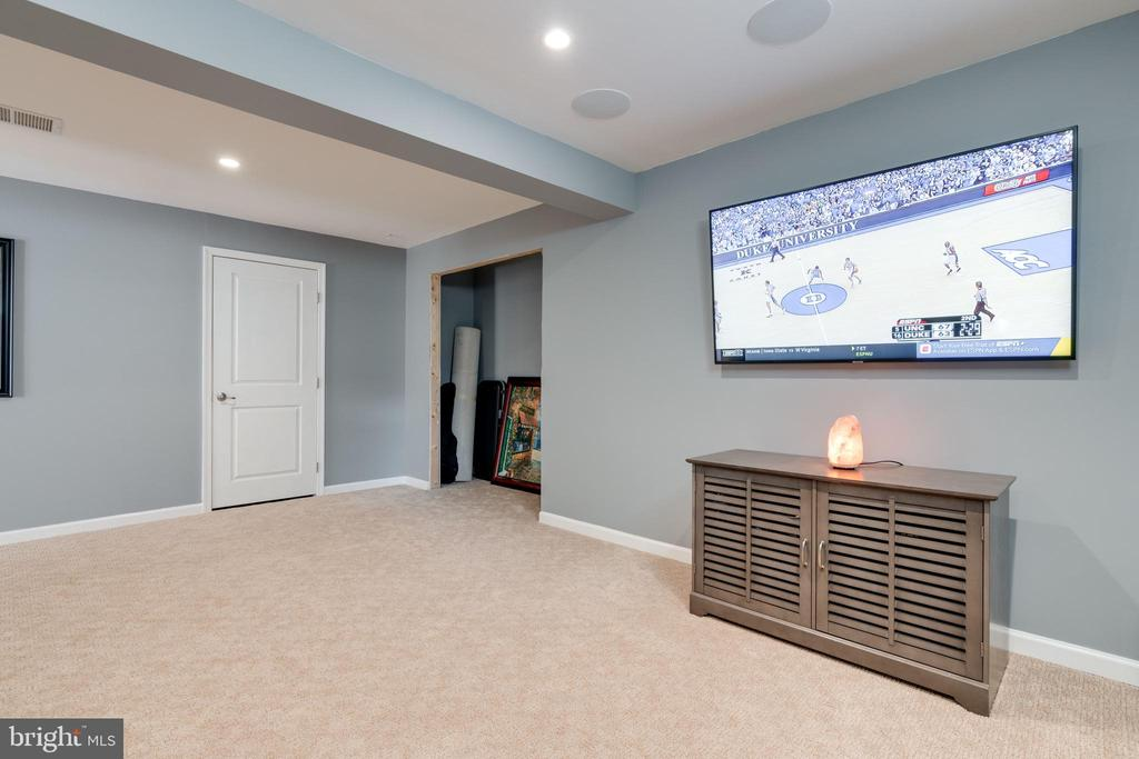 Man cave/ tv room with upgraded carpets - 2439 GLOUSTER POINTE DR, DUMFRIES