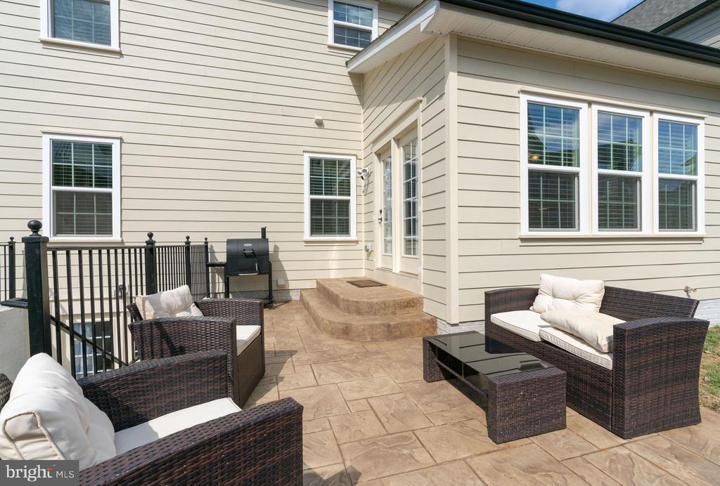 EAT, ENTERTAIN AND RELAX ON THIS patio - 2439 GLOUSTER POINTE DR, DUMFRIES