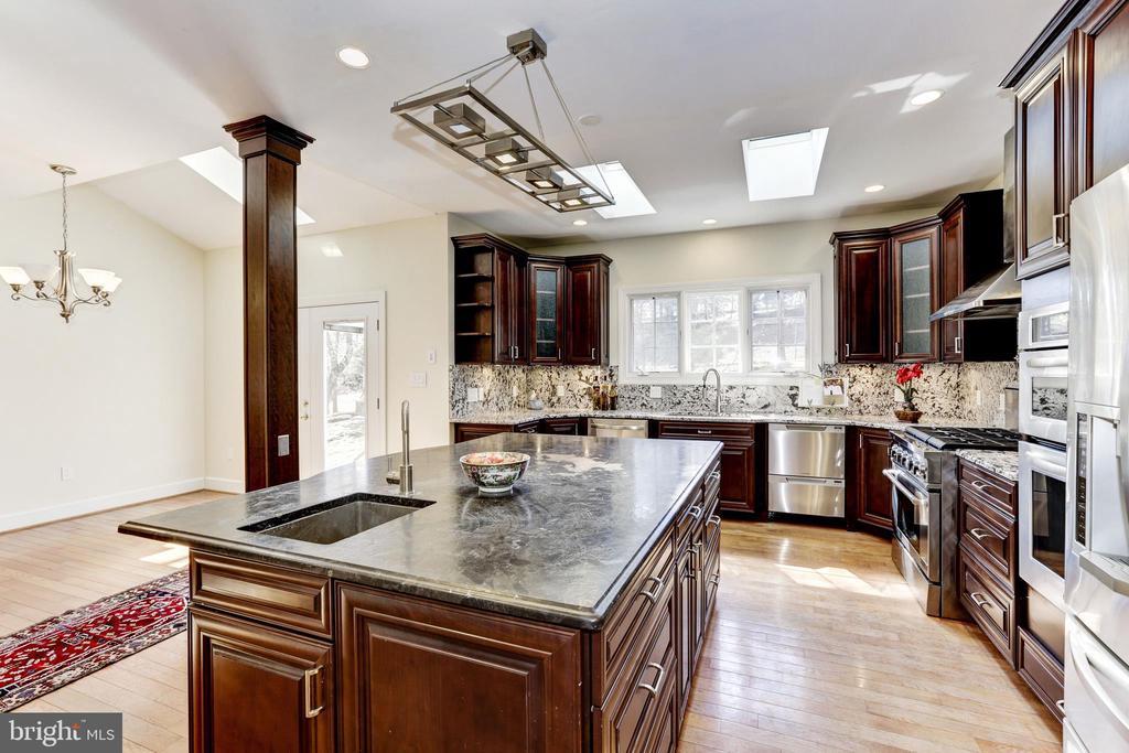 Kitchen w/skylights &  lovely light through out - 11911 CRAYTON CT, HERNDON