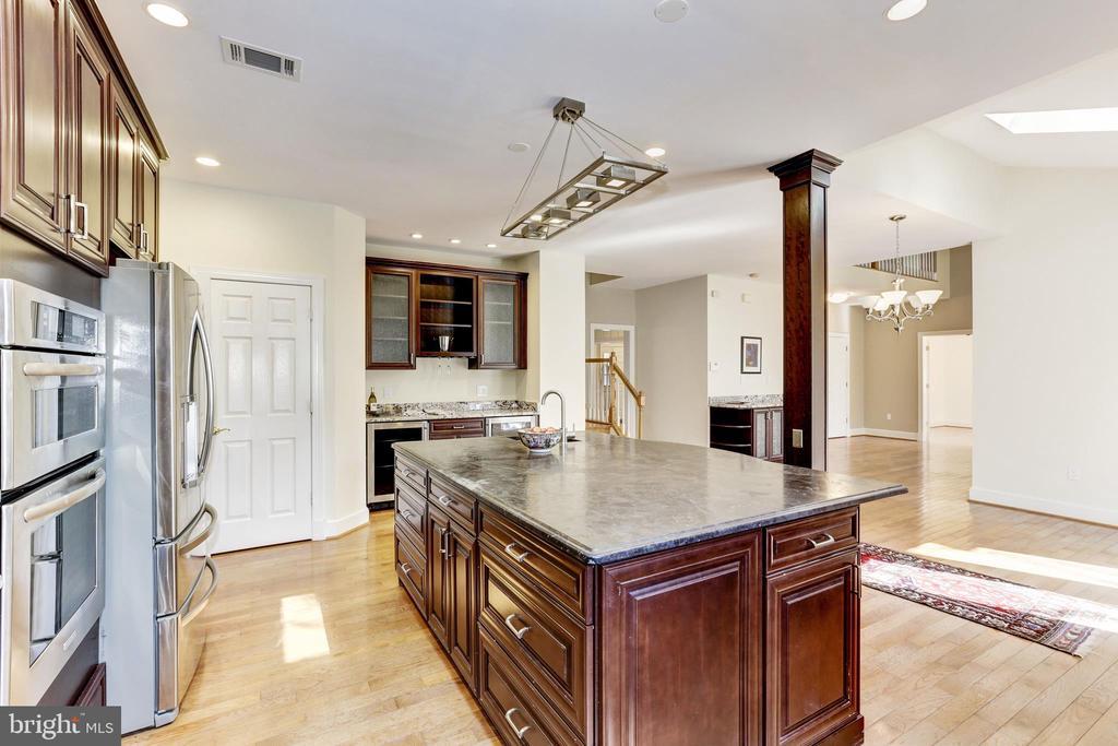 Huge kitchen - 11911 CRAYTON CT, HERNDON