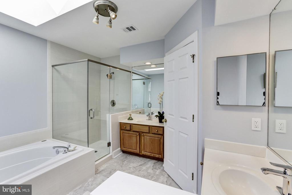 Master Ba. w/sep. vanities, tub, shower & skylight - 11911 CRAYTON CT, HERNDON