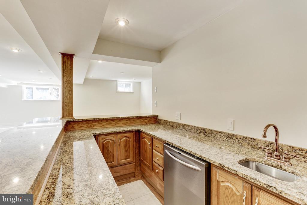 Lower Level bar with granite, sink & dishwasher - 11911 CRAYTON CT, HERNDON